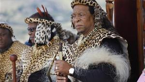 El rey zulú Goodwill Zwelithinidurante la recreación del 140 aniversario de la batalla de Isandluana en Dundee, Sudáfrica, en 2019.