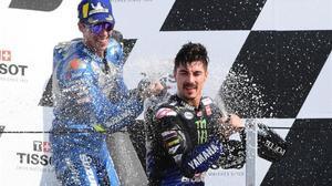 joan Mir (Suzuki, 2º) y Maverick Viñales (Yamaha, 1º), ayer, en el podio de Misano.