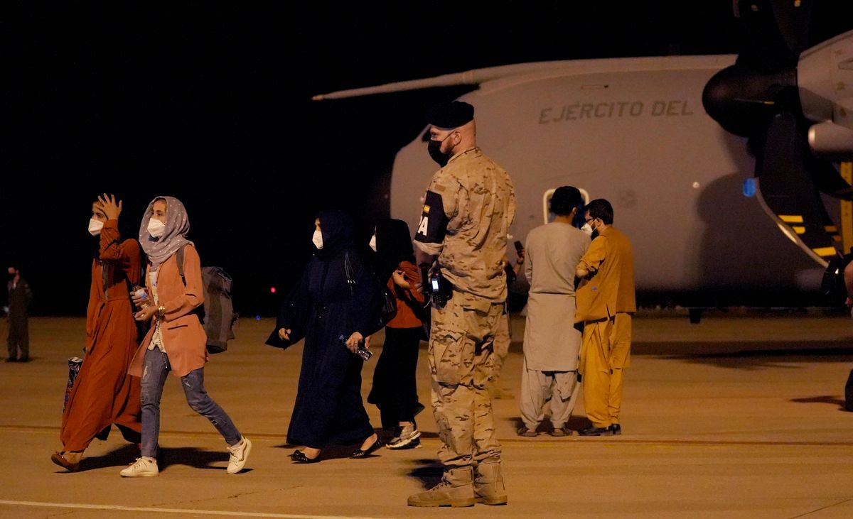 Una docena de menores forman parte del primer grupo de evacuados.