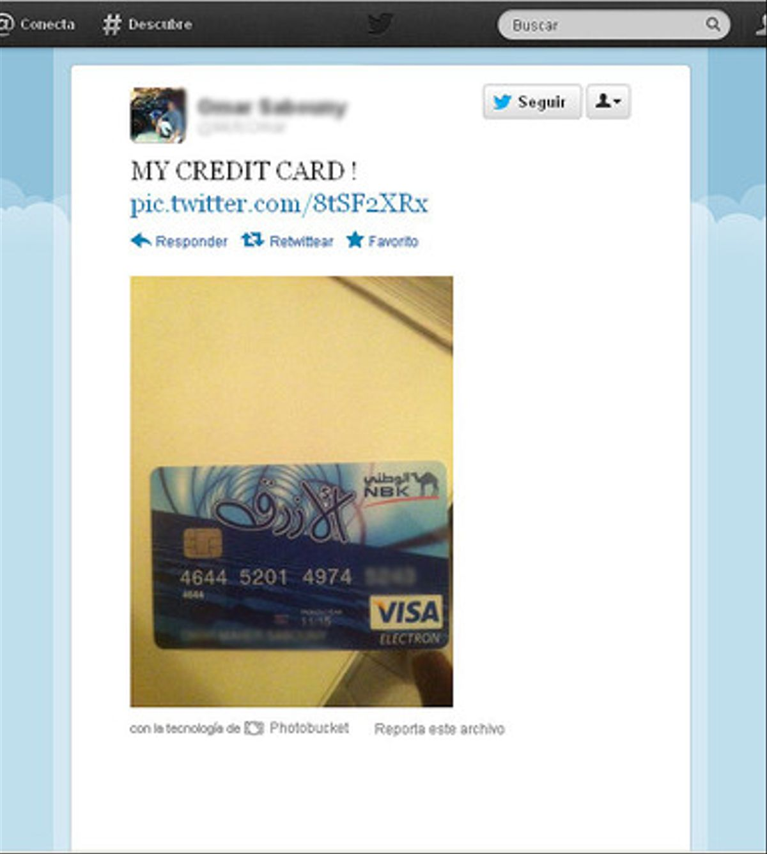 Tuit de un usuario enseñando su tarjeta de débito.
