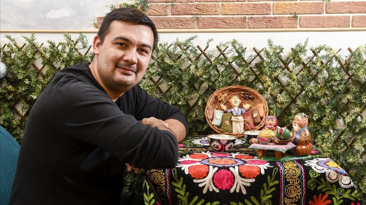 Naufal Vagapov, en una de las mesas de su local, donde sirve comida uzbeka.