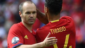 Iniesta y Thiago, durante un partido de España.