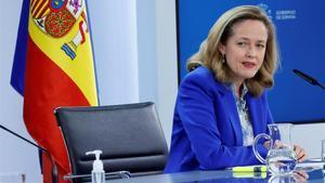 La vicepresidenta económica, Nadia Calviño, tras la aprobación del plan de ayudas a empresas en el Consejo de Ministros.