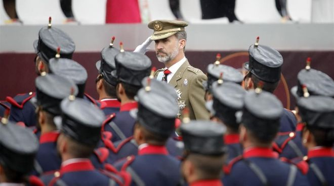 El rey Felipe saluda a su llegada al acto central del 12-O.