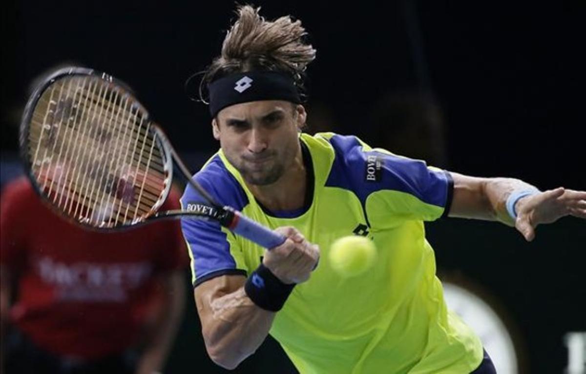 Ferrer devuelve una derecha a Nadal en las semifinales del Masters 1.000 de París.