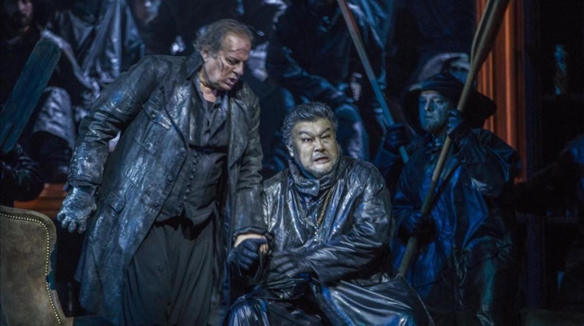 Otra escena de 'El holandés errante', de Wagner, en la producción de Philipp Stölzl donde aparecen Albert Dohmen (Holandés), a la izquierday Attila Jun (Daland).