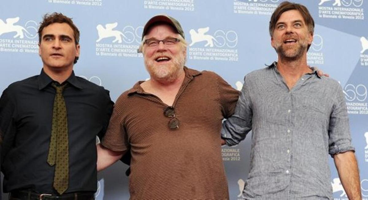 Los actores Joaquin Phoenix (izquierda)y Philip Seymour Hoffman (centro), con el director Paul Thomas Anderson durante el pase de la película 'The Master' en Venecia.