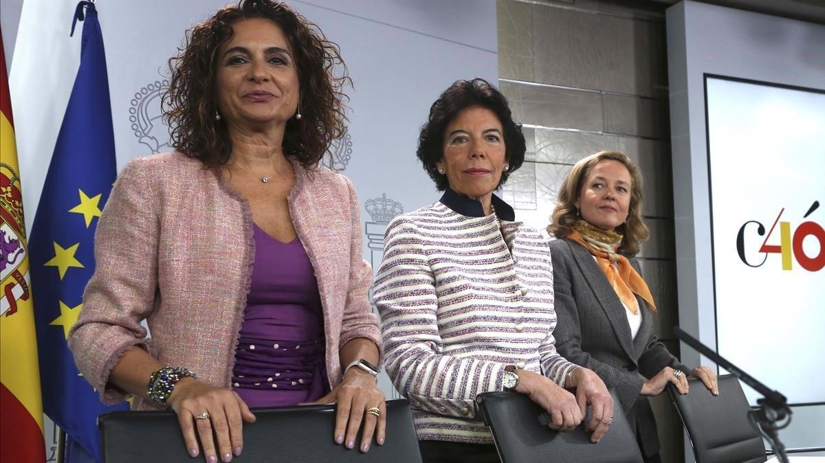 Laministrade Hacienda, María Jesús Montero, la ministra portavoz, Isabel Celáa, y la de Economía, Nadia Calviño, en una imagen de archivo tras una reunión del Consejo de Ministros en octubre del 2018.