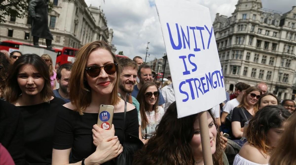 Manifestantes contrarios al 'brexit' protestan en Parliament Square, en Londres, este sábado.