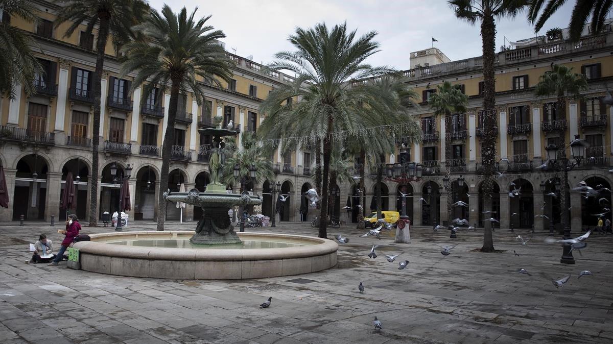 La plaza Reial, prácticamente vacía, como gran parte de Ciutat Vella desde que empezó la crisis sanitaria.