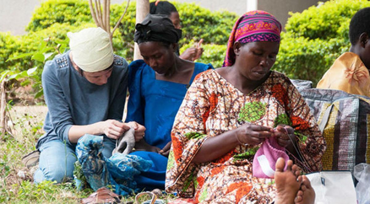 Grupo de mujeres tejiendo