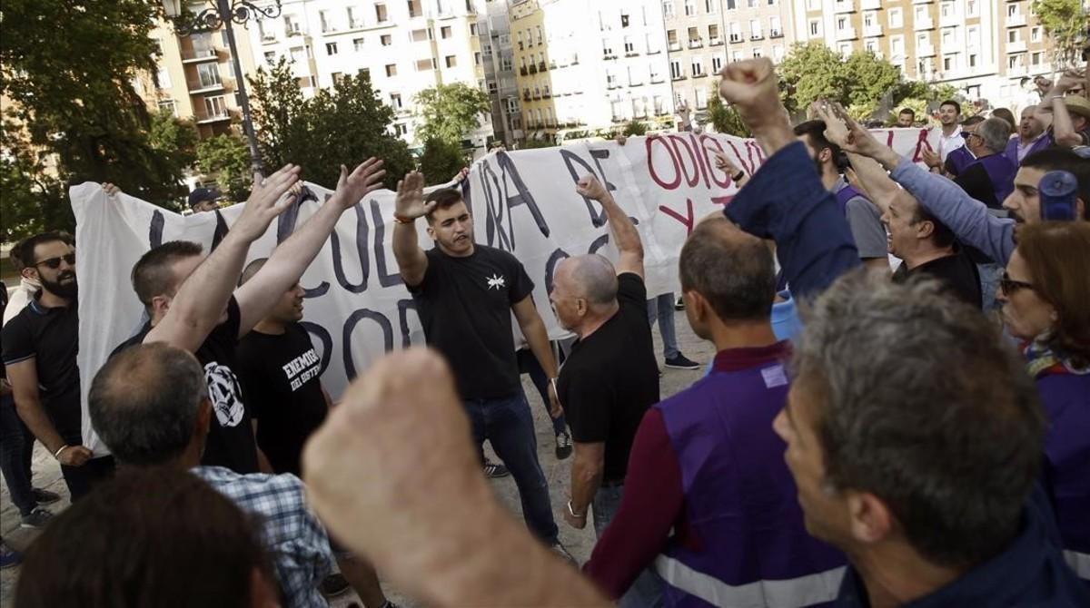 Un grupo de radicales de ultraderecha irrumpe en el acto de Íñigo Errejón en el Templo de Debod (Madrid).