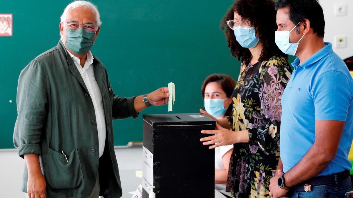 António Costa, primer ministro portugués, deposita su voto en Lisboa en las elecciones municipales