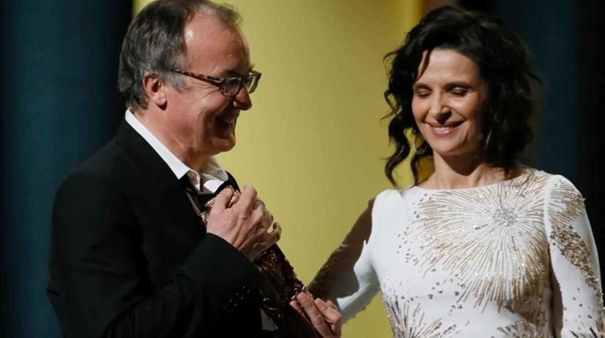 El director de 'Fatima', Philippe Faucon, recibe el Césara la mejor película de manos de Juliette Binoche.
