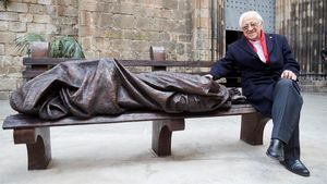 El padre Ángel, junto a la escultura 'Jesús homeless'.