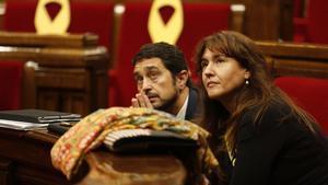 Los 'consellers' Laura Borrasy Damià Calveten unpleno del Parlament.