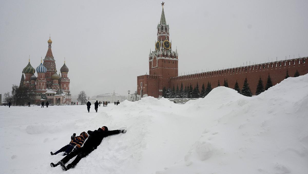 Aspecto de la Plaza Roja de Moscú tras las primeras horas de nevada.