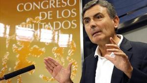 El portavoz socialista de Hacienda, Pedro Saura, durante una rueda de prensa.