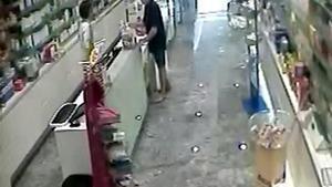 Imágenes cedidas por los Mossos donde se ve como el hombre atraca una farmacia.