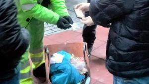 Operarios revisan la basura en Ripoll.