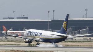 Un avión de Ryanair, en el aeropuerto de El Prat, el pasado mes de agosto.