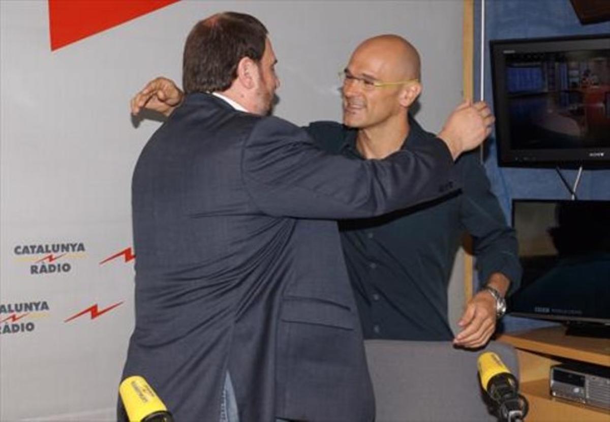 Junqueras y Romeva se saludan, ayer, en los estudios de Catalunya Ràdio.