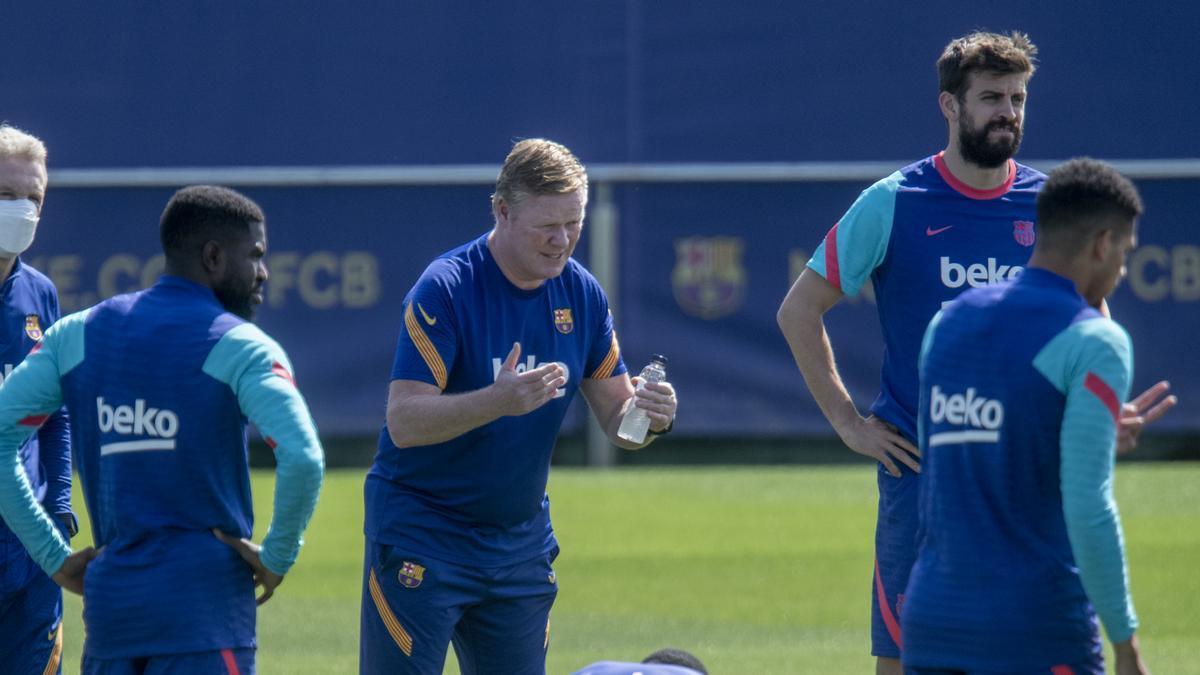 Ronald Koeman se dirige a sus jugadoresdurante la última sesión de la temporada en la ciutat esportiva Joan Gamper.