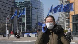 Una mujer pasa frente al edificio de la Comisión Europea, en Bruselas.