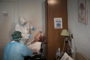 Enfermeras del CAP Manso realizando pruebas PCR en la residencia geriátrica La Pau de Barcelona, 14 mayo 2020