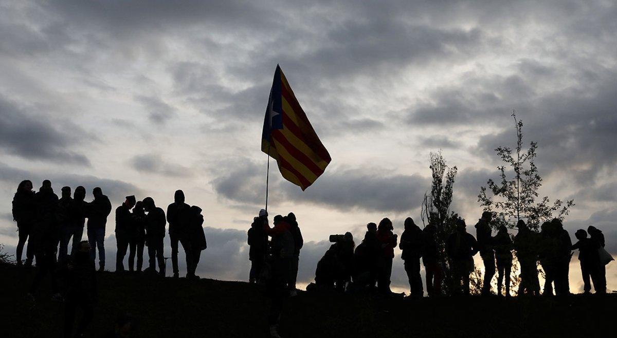 Miembros delTsunami Democràtic,el miércoles pasado,durante el bloqueo de laAP-7 a la altura de Girona.