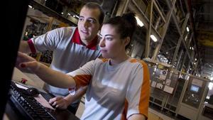 Entre els joves amb feina les dones ja superen els homes