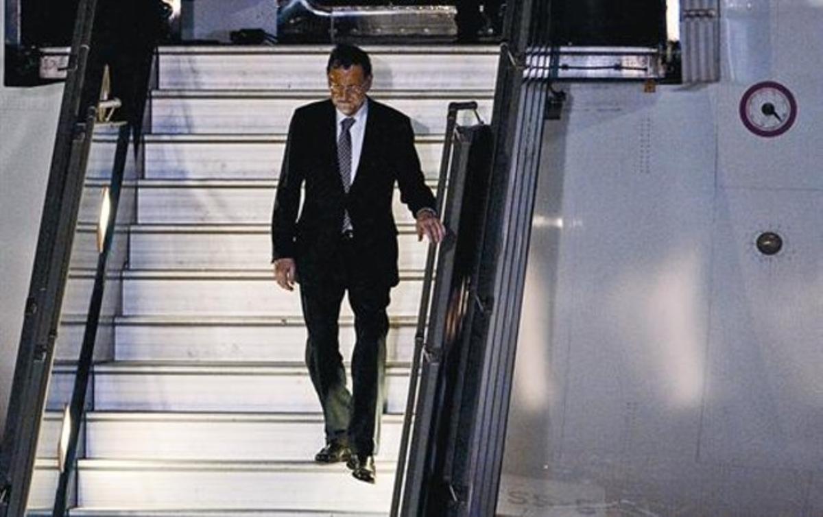 Mariano Rajoy baja del avión oficial tras aterrizar en el aeropuerto internacional de Santiago de Chile.