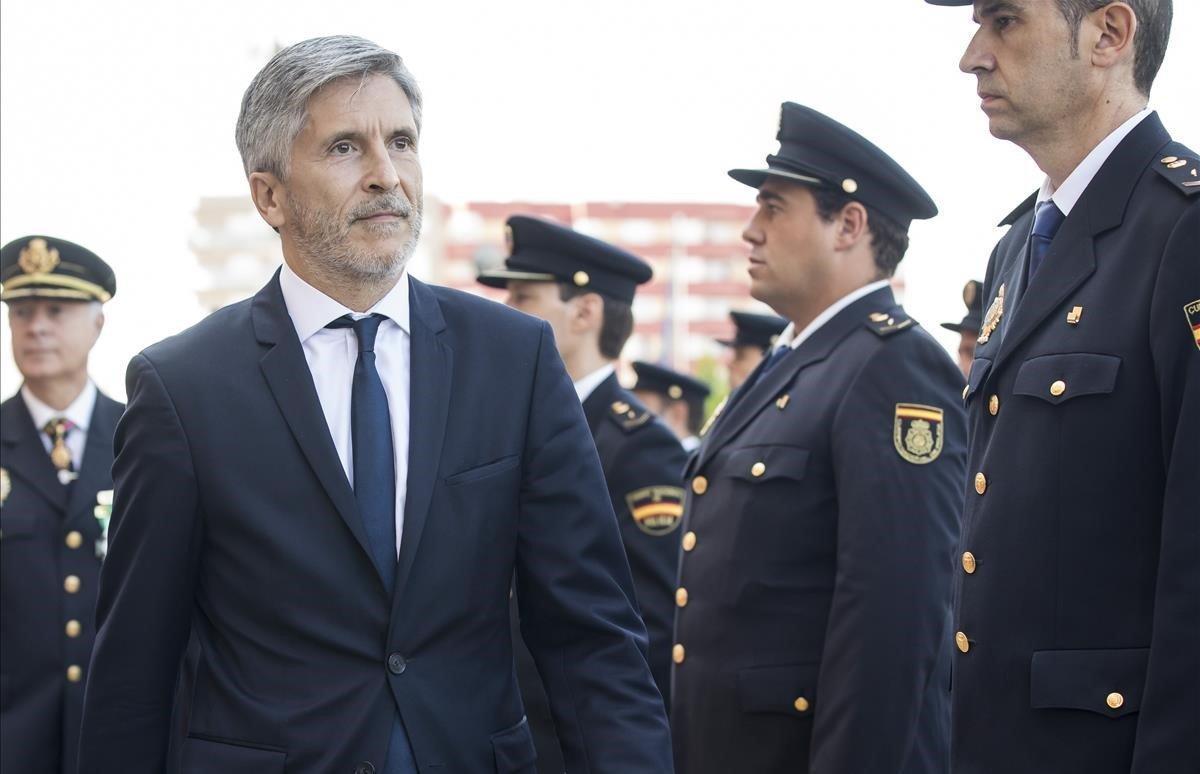 El ministro del Interior, Fernando Grande-Marlaska, pasa revista a una unidad del Cuerpo Nacional de Policía en Valencia en septiembre pasado.