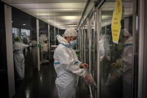 Un médico en la UCI del Hospital del Mar de Barcelona.