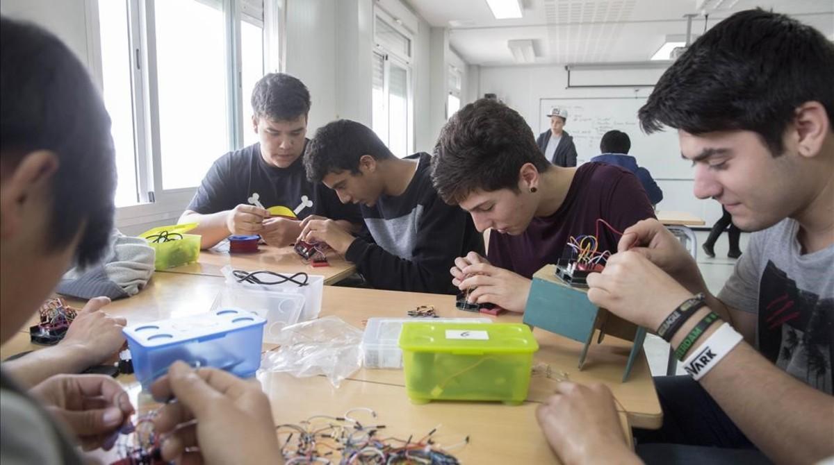 Imagen de archivo de alumnos del instituto de Sils en uno de los talleres que se ofrecen en el centro, con un proyecto educativo innovador.