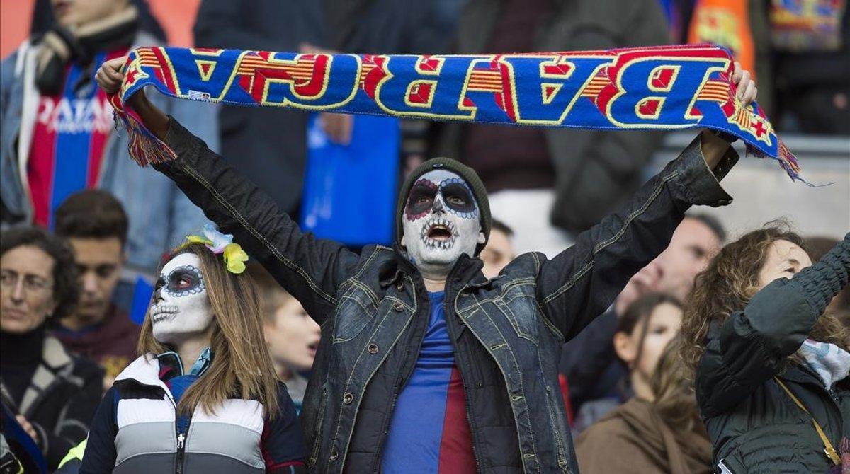 Seguidores del Barça disfrazado de Halloween, en el 2018.