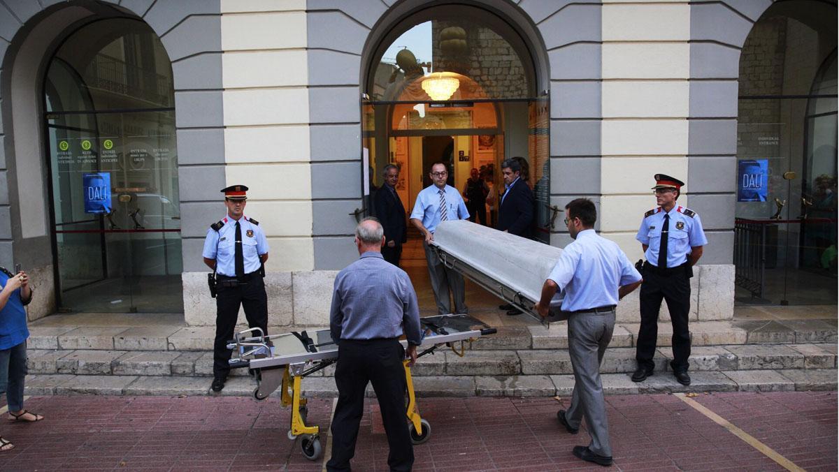 La comitiva judicial entra en el Museo Dalí, para proceder a exhumar su cadáver.