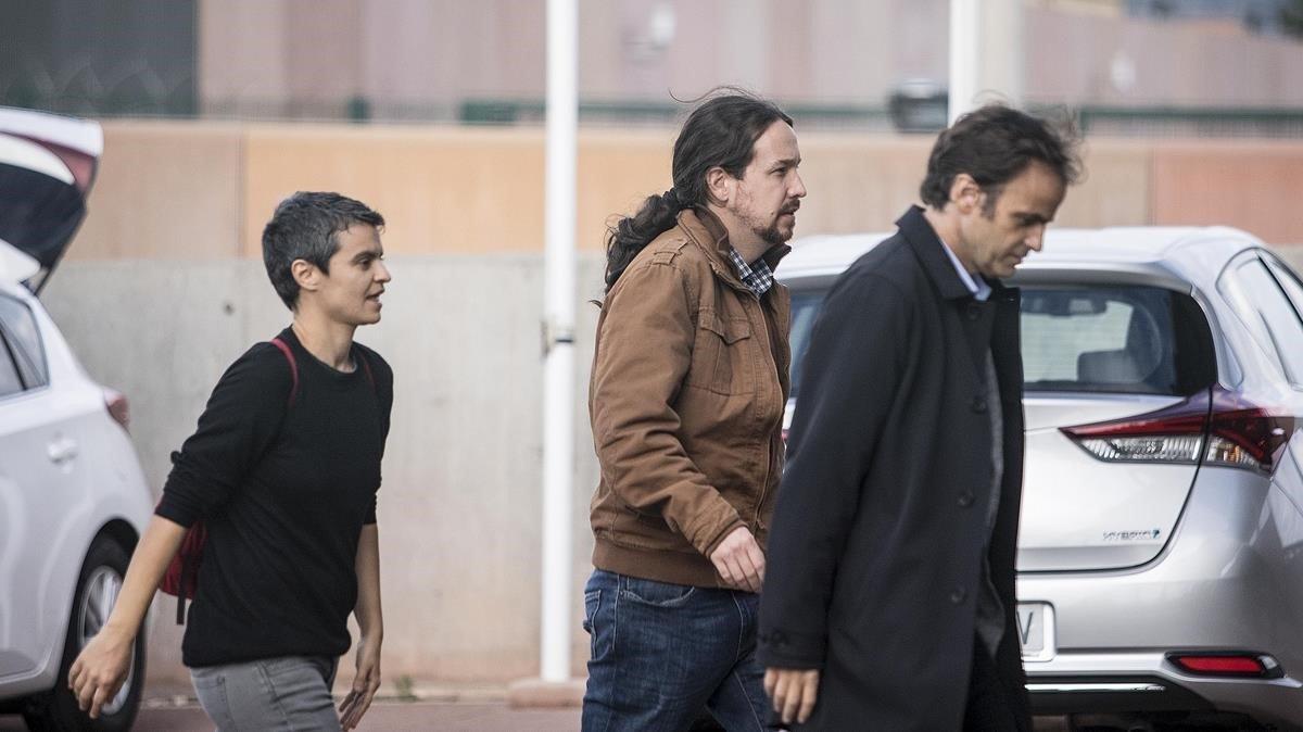 Pablo Iglesias entra en la cárcel de Lledoners con Lucía Martín y Jaume Asens.