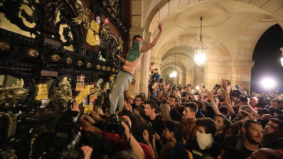 Manifestantes en la puerta del Parlament en el aniversario del 1-O