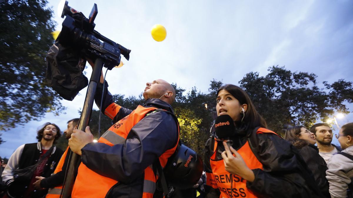 Un equipo de periodistas de betevé, cubriendo una información en Barcelona.