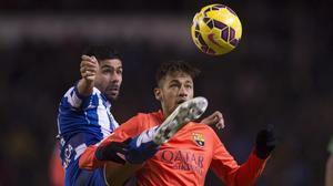 Juanfran y Neymar pelean por un balón en un Deportivo-Barça.
