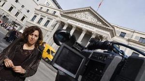 Irene Lozano atiende a los medios de comunicación, ayer, a las puertas del Congreso de los Diputados.