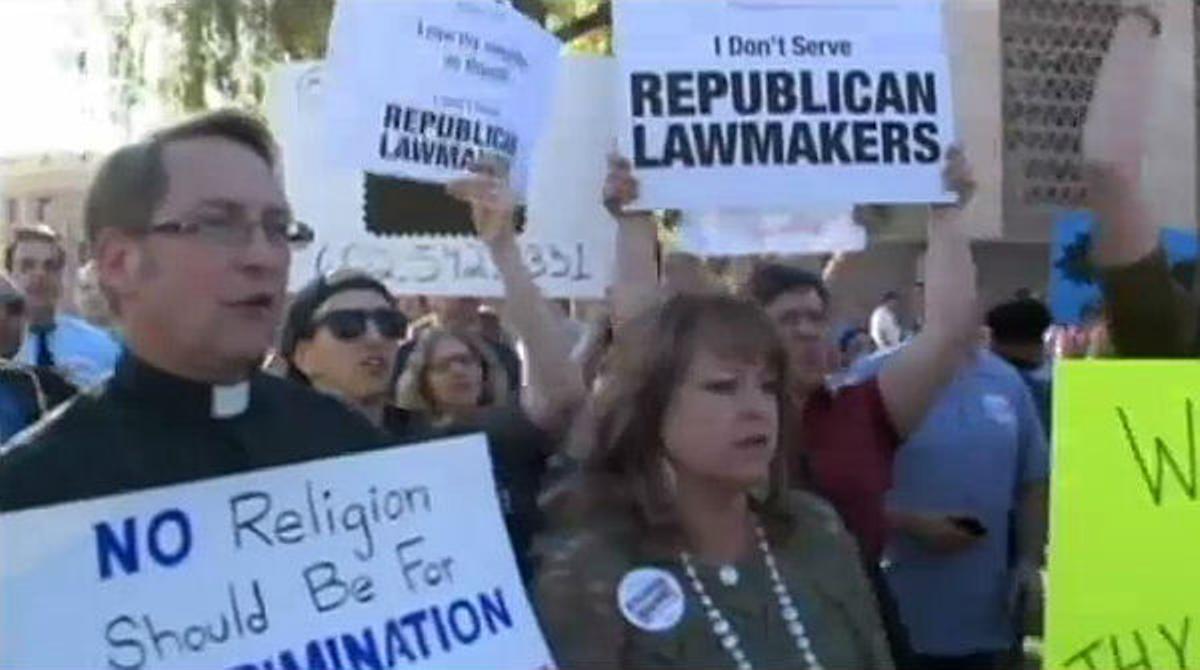 Centenares de personas protestan en la calles de Arizona para expresar su desconcento ante el proyecto de ley.