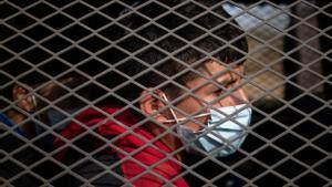 Menores migrantes no acompañados son transportados en un vehículo de la Patrulla Fronteriza de EEUU tras ser localizados después de cruzar el río Grande.