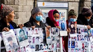 Gulnur Kosdaulet (2 izq) protesta, por la detención de su marido, en el consulado chino en Kazakhstan. Piden la liberación de familiares encarcelados o desaparecidos en la región de Xinjiang