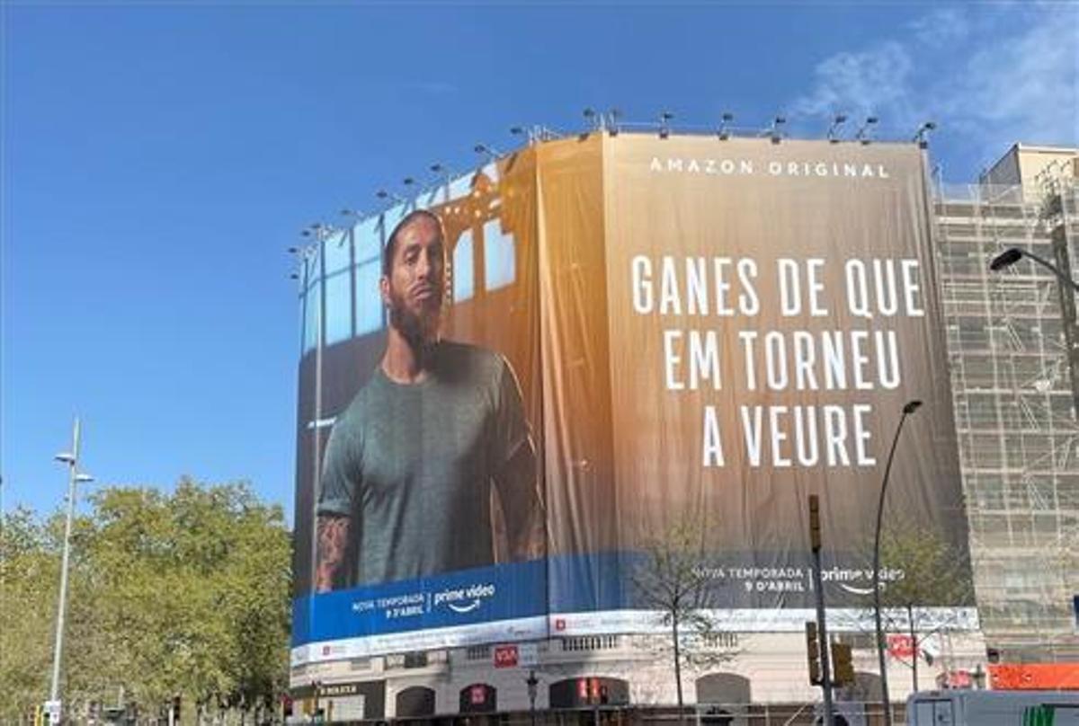 La lona de Sergio Ramos en Barcelona, entre la Gran Vía y el Passeig de Gracia.