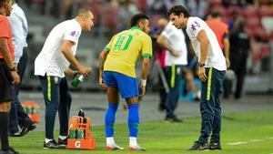El brasileño Neymar se duele tras ser sustituido en el amistoso ante Nigeria.