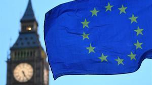 Una bandera de la UE ondea ante el Big Ben.
