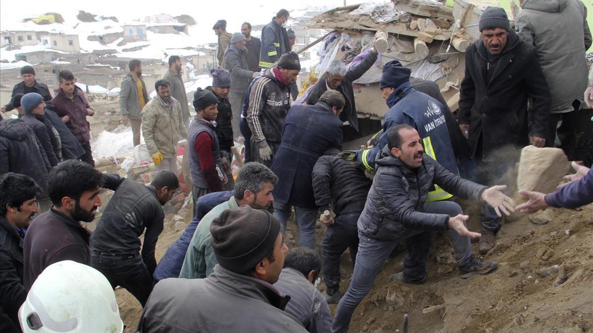 Un grupo de hombres se afanan en retirar escombros en busca de supervivientes, en la población de Baskale este domingo.