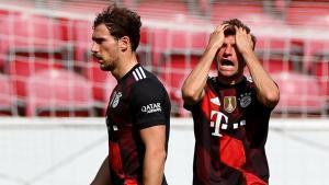 Müller se lamenta junto a Goretzka durante el partido del Bayern en Maguncia.